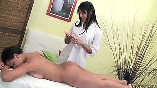 video titel: A shemale gives a girl a rubdown and fucks her pink pussy || porn tgas: fuck,girl,pussy,shemales,anyporn