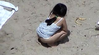 video titel: I recorded a horny brunette pissing in the sand at the beach || porn tgas: amateur,beach,brunette,peeing,upornia