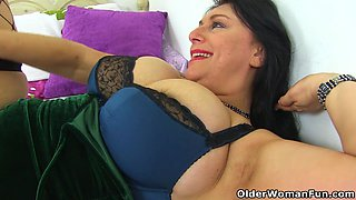 video titel: English and big titted milf Sabrina needs a dildo fucking || porn tgas: british,cougar,dildo,fuck,xhamster