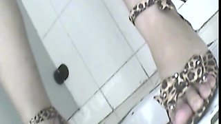 video titel: Public toilet spy cam of girls pissing || porn tgas: girl,hidden,peeing,public,upornia