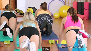 video titel: Two fit babes fucking coach at gym || porn tgas: 3some,babe,blonde,blowjob,drtuber